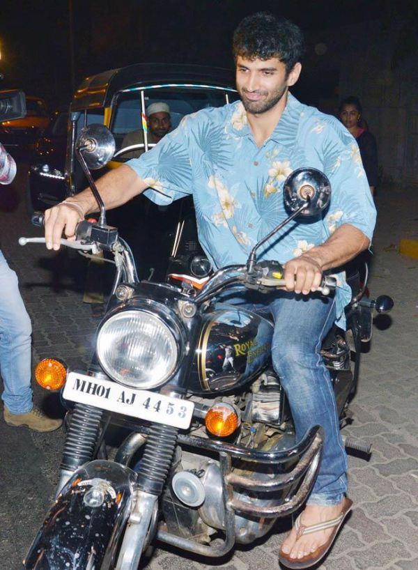 -Aditya-Roy-Kapur-bike-royal-enfield-hd-photo-blue-shirt-jeans