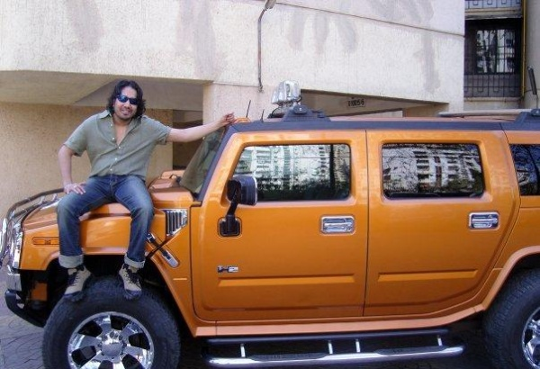 Mika with his Hummer H2 2