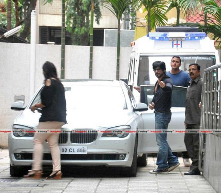 Shahrukh-Khan-with-his-BMW-7-Series-740-Li