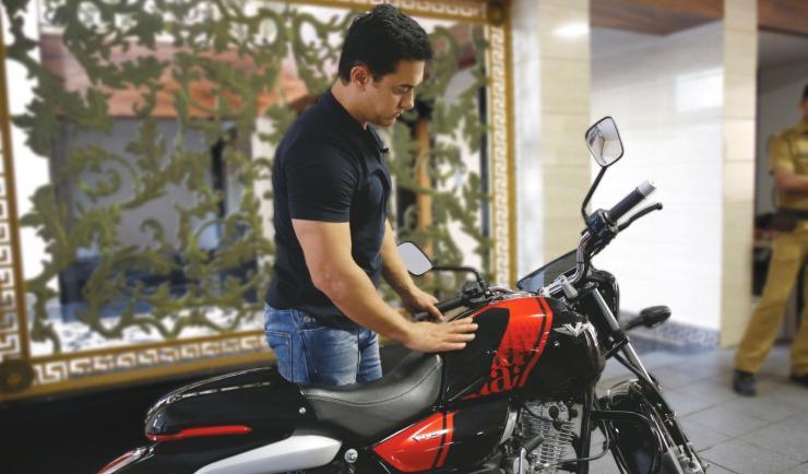 Aamir Khan with his Bajaj V15 1