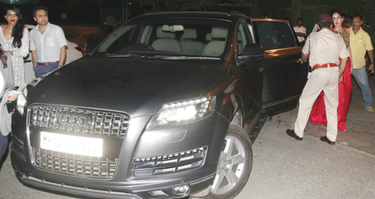 katrina-kaif-snapped-with-her-audi-q7-car_139642347730