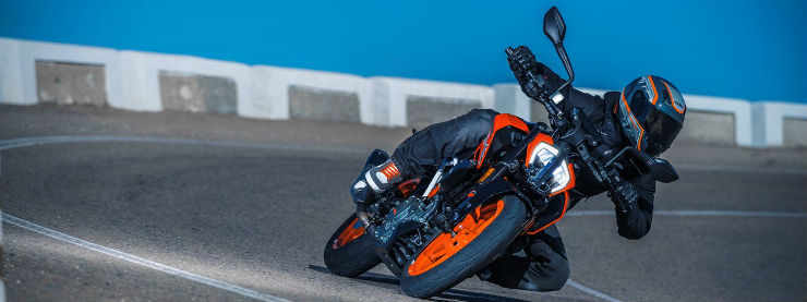 2017-KTM-Duke-390-front-three-quarters-cornering