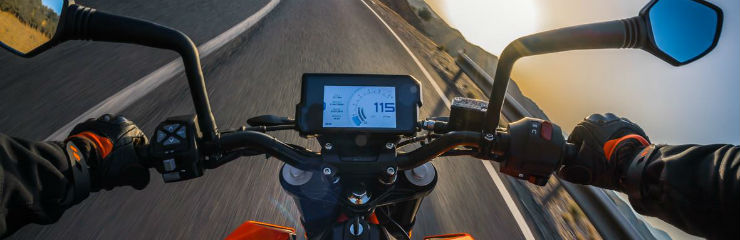2017-KTM-Duke-390-instrument-panel-and-handlebar