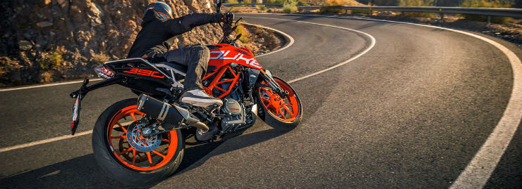 2017-KTM-Duke-390-rear-three-quarters-cornering