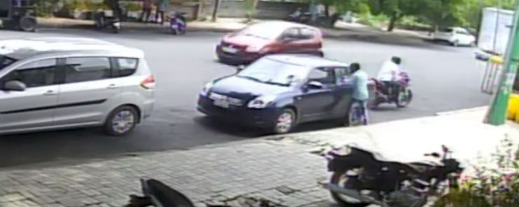 Thief breaks a car window and steals a bag in just 2 seconds (Video)