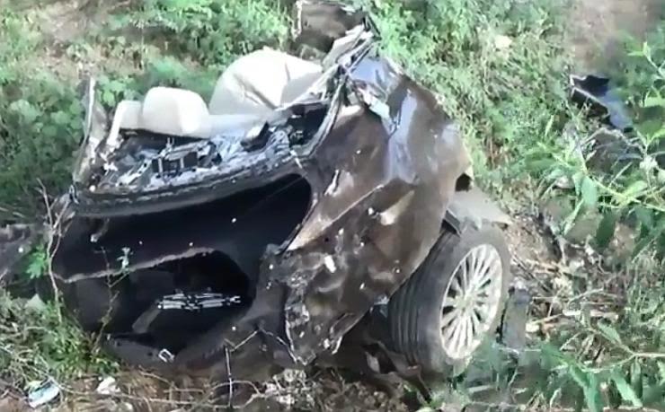 Maruti Ciaz SPLITS into two after high-speed crash in Madurai