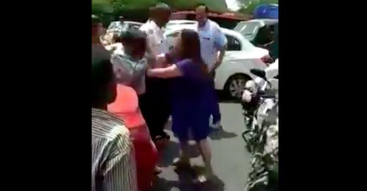 [Video] Mercedes CLA lady-driver beats up Volvo bus driver in Delhi