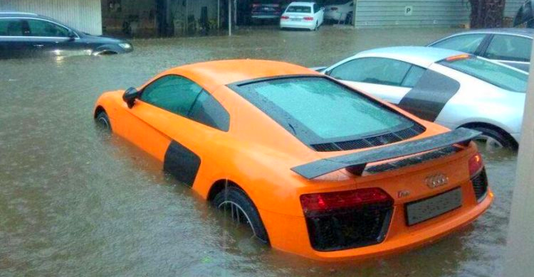 Mumbai cars in the flood: Drowned, drenched & floating (Photos & Videos)
