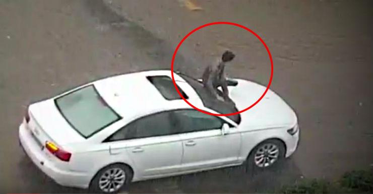 Audi with human wiper in Mumbai featured