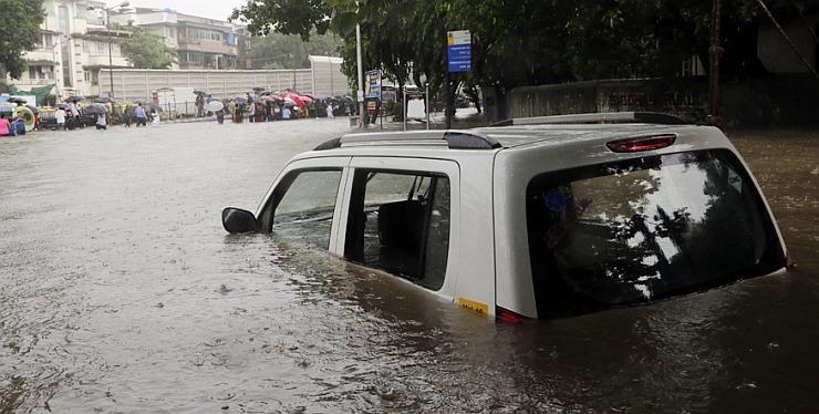 Maruti WagonR taxi stuck in Mumbai 2017 floods