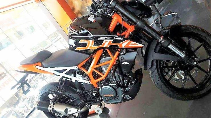 2017 KTM Duke 390 with a black paint scheme spotted in India
