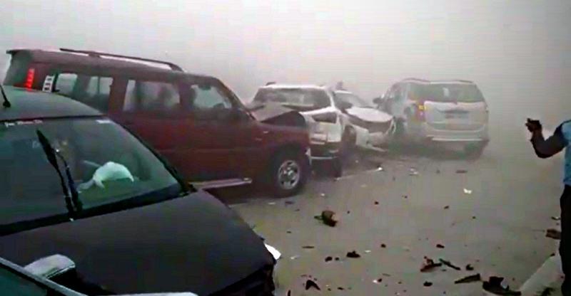 Fog causes MASSIVE multi-car crash on Agra-Lucknow expressway – Watch it happen LIVE!