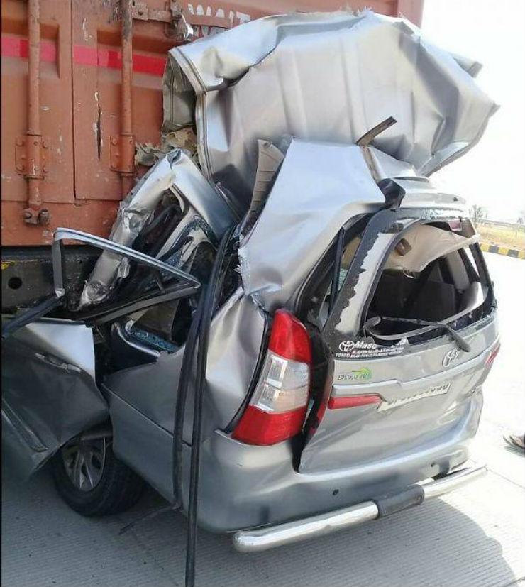 car hits lorry க்கான பட முடிவு