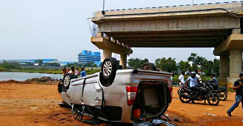 Toyota Innova crashes 30 feet from an incomplete flyover! 3 dead