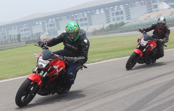 Hero Xtreme 200R sporty 200cc motorcycle in CarToq's video review