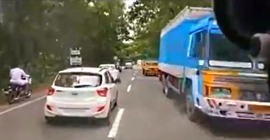 Ambulance racing through crowded Kerala traffic & people actually giving way: You don't see this anywhere in India!