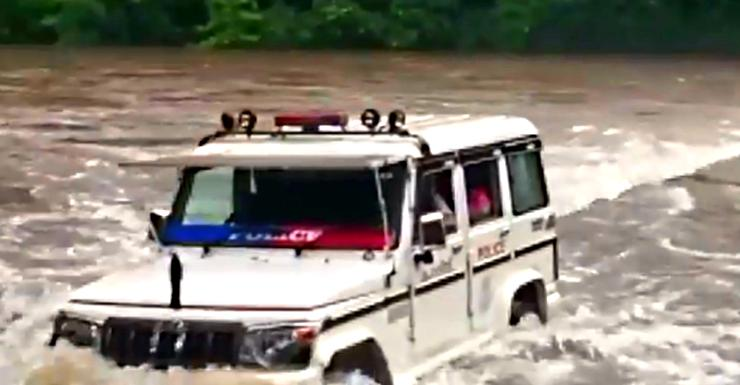 Brave Kerala police in a Mahindra Bolero drive across a river to rescue stranded people [Video]