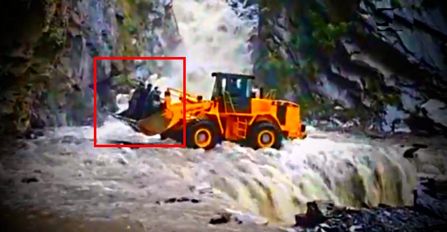 Brave Bulldozer driver rescues stranded people from a landslide, like a BOSS [Video]