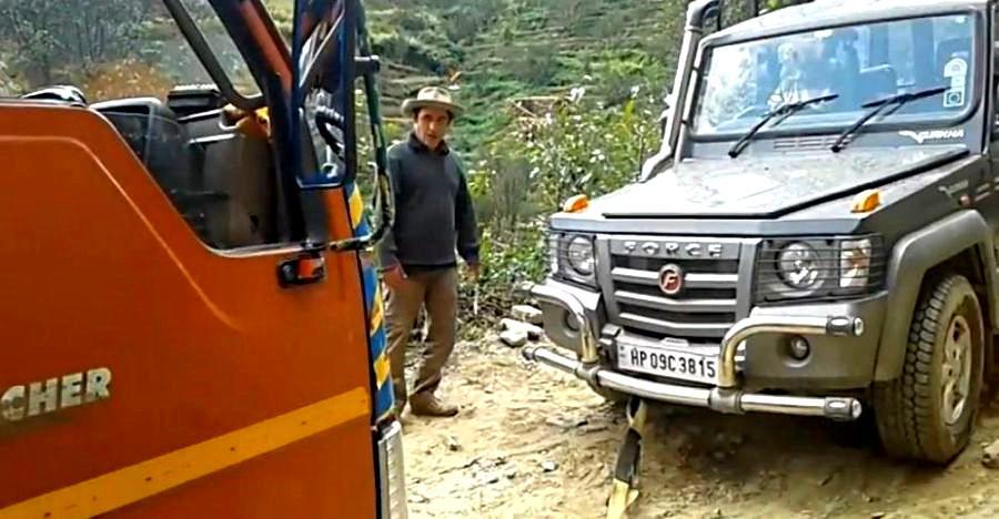 Force Gurkha RESCUES 9 ton tipper truck [Video]