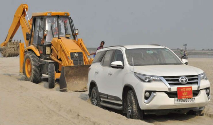 Toyota Fortuner Gets Stuck