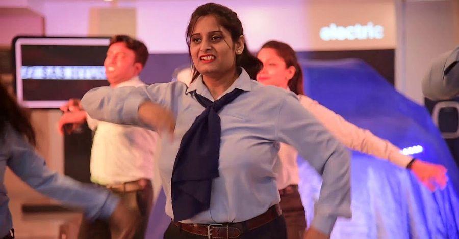 Hyundai Kona EV delivered by dancing showroom employees [Video]