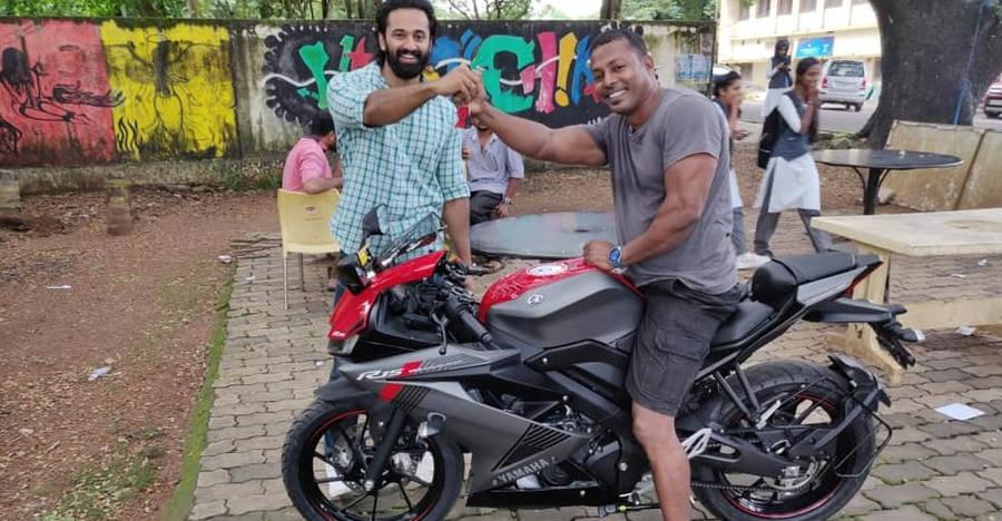 Malayalam Film star Unni Mukundan gifts his gym trainer a Yamaha R15 V3 [Video]