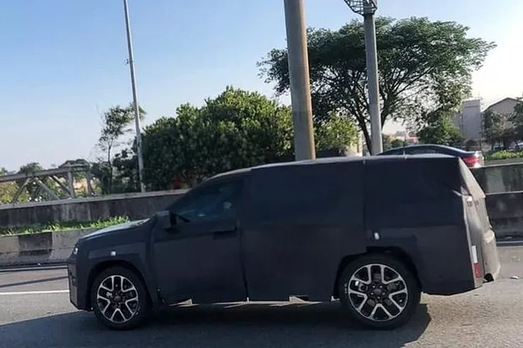 India-bound 7 seat Jeep SUV spied testing for the first time: Toyota Fortuner challenger