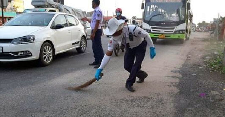 Traffic cop sweeps road to ensure that motorists don't skid on loose gravel [Video]