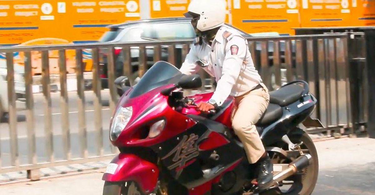 Mumbai police official enjoys riding a Suzuki Hayabusa superbike on public roads [Video]