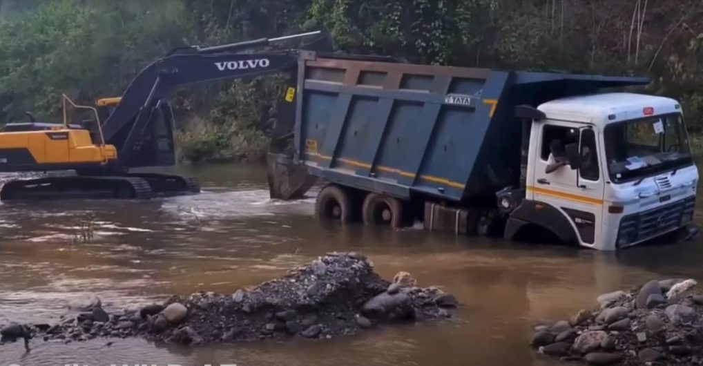 Massive Tata Truck stuck in river rescued by a Volvo excavator