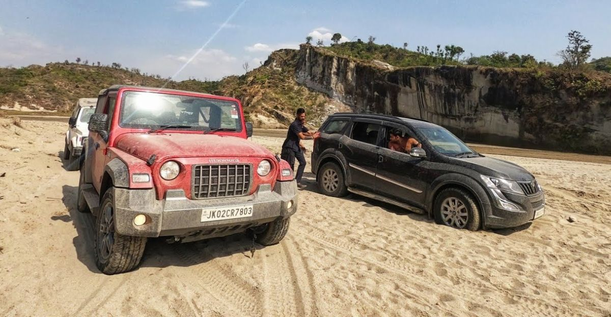 XUV500 gets stuck: Mahindra Thar 700 to the rescue