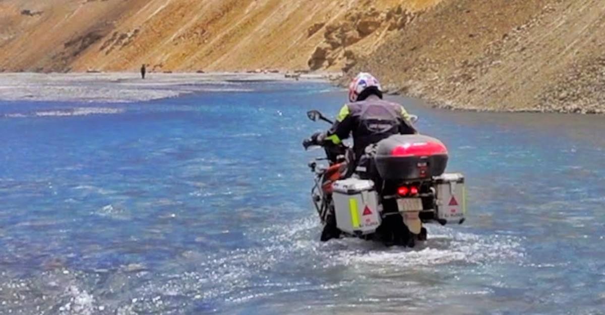 KTM 390 ADV & Bajaj Dominar cross a river in Ladakh: Get stuck