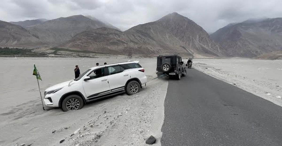 Old generation Mahindra Thar rescues stuck 2021 Toyota Fortuner