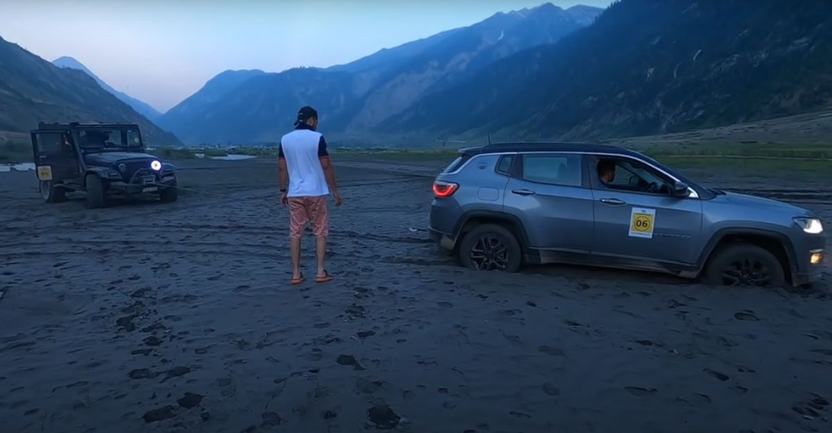 Old-gen Mahindra Thar winches out Jeep Compass stuck in sand