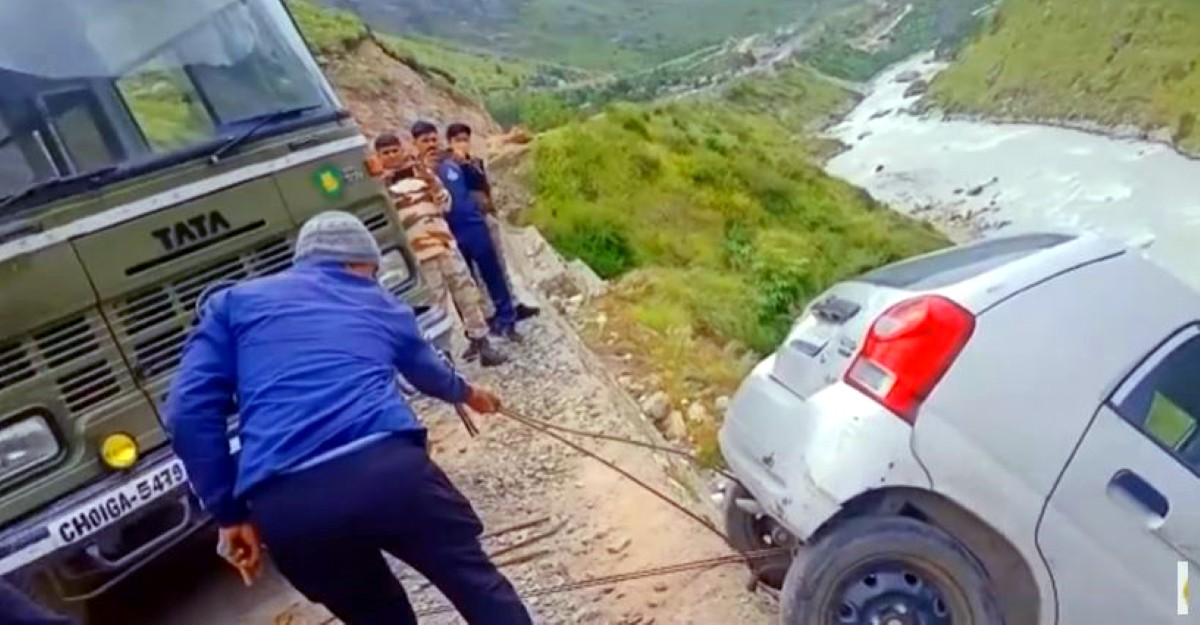 ITBP saves Maruti Suzuki Alto from falling into the valley: Pulls it out using a bus