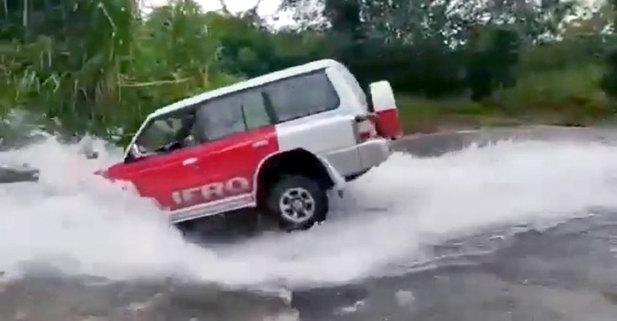 Mitsubishi Pajero SFX crosses a dangerous river like a legend [Video]