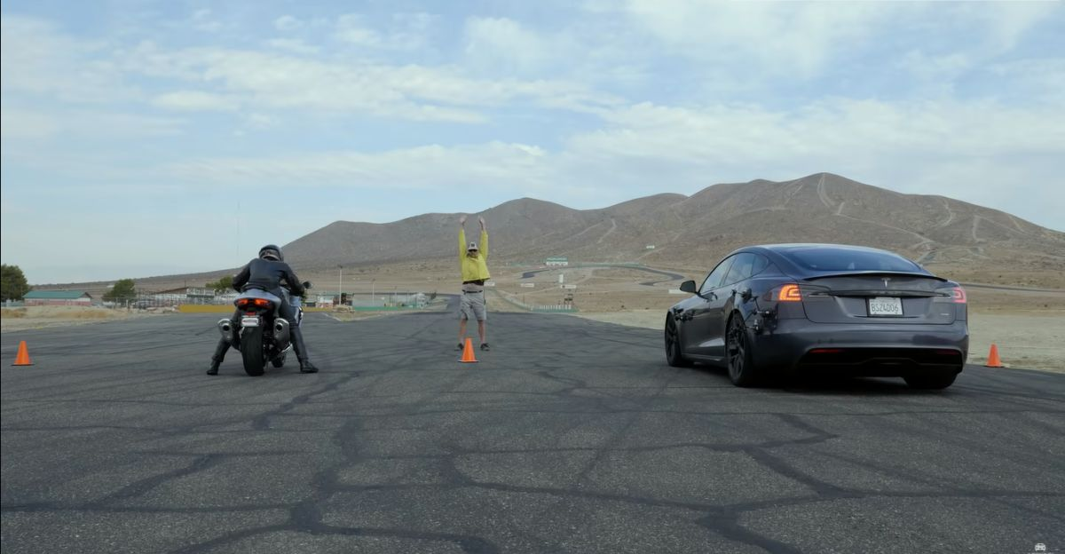 Tesla Model S Plaid vs Suzuki Hayabusa & Kawasaki ZX-14R superbikes in a drag race
