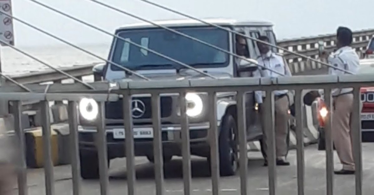 Police stop Bollywood actor Sunil Shetty in Mercedes-Benz G-Wagen to click pictures