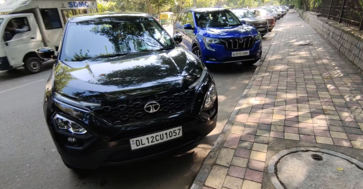 Mahindra XUV700 and Tata Harrier compared in a walkaround video